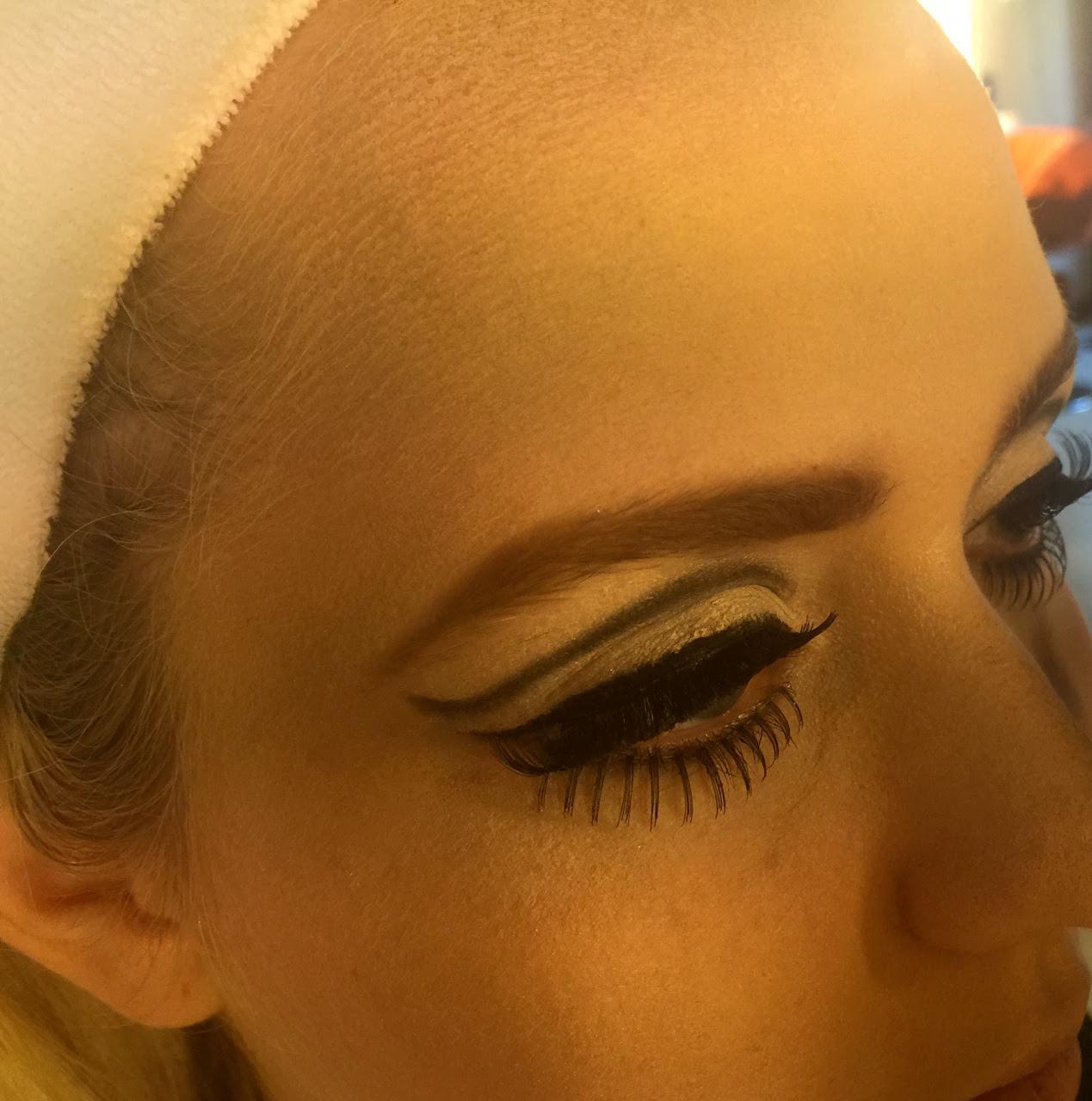 BLOG by Amber: Hoe breng je een eyeliner goed aan? Want zodra ik daar mee begin zit 't na afloop over mijn hele oog.