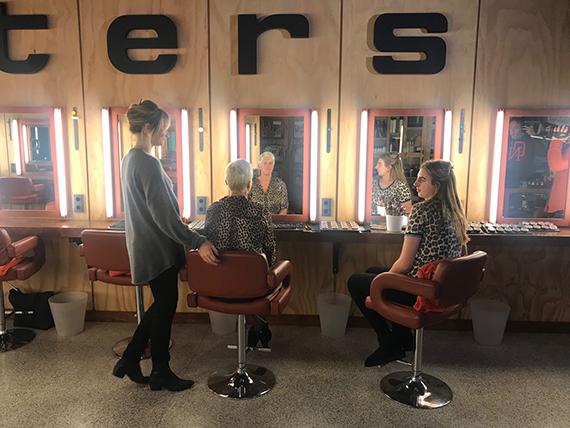 """Lieke van Lexmond filmt bij Dik Peeters voor programma """"t zit in de familie"""""""